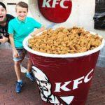 YouTuber Mark Hoek deelt grootste KFC beker ooit uit!