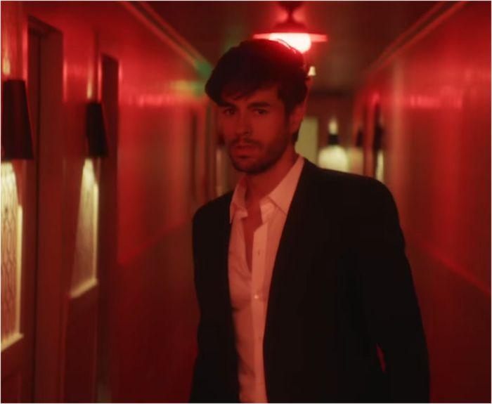 NEW: Videoclip Enrique Iglesias – 'El baño'