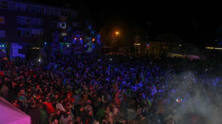 Foto's Mega Outdoor Carnavals Party Udenhout 23 februari 2020 1/2