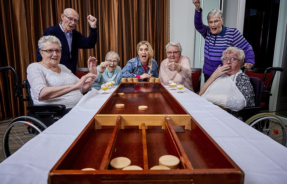 Britt Dekker brengt leven in de brouwerij voor bewoners van verzorgingstehuis in Britts Gouwe Ouwen