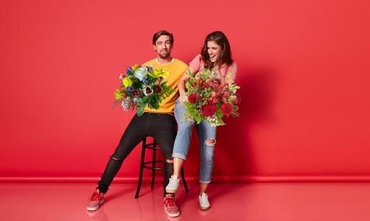 Mattie en Marieke zetten de bloemetjes buiten