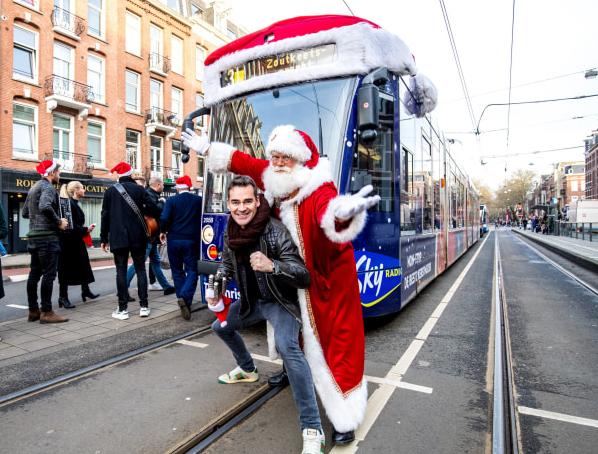 Jeroen van der Boom verrast reizigers met live optreden in Sky Radio kersttram